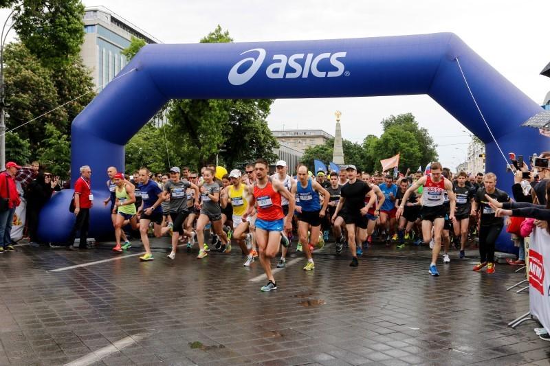 b174a9fe7317 ... Фото  Ярослав Потапов. В столице Кубани прошел традиционный  легкоатлетический забег «5000 метров с «Высшей Лигой» — Run Asics Krasnodar.  Участников ...